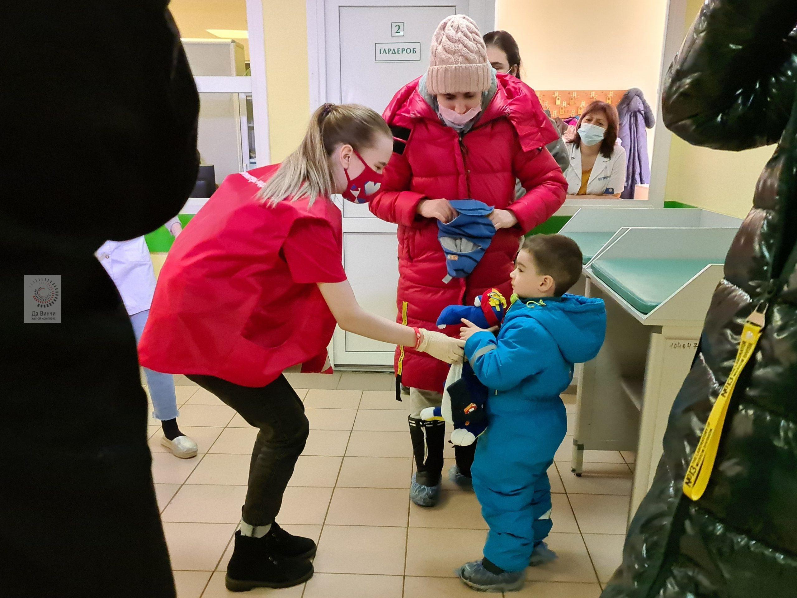 Волонтеры раздали детям 100 мягких дракончиков в Одинцовских поликлиниках