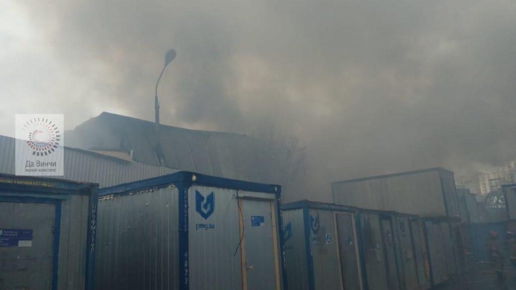 В п. Новоивановское у МКАД локализовали пожар в ангаре площадью 395 кв.м.