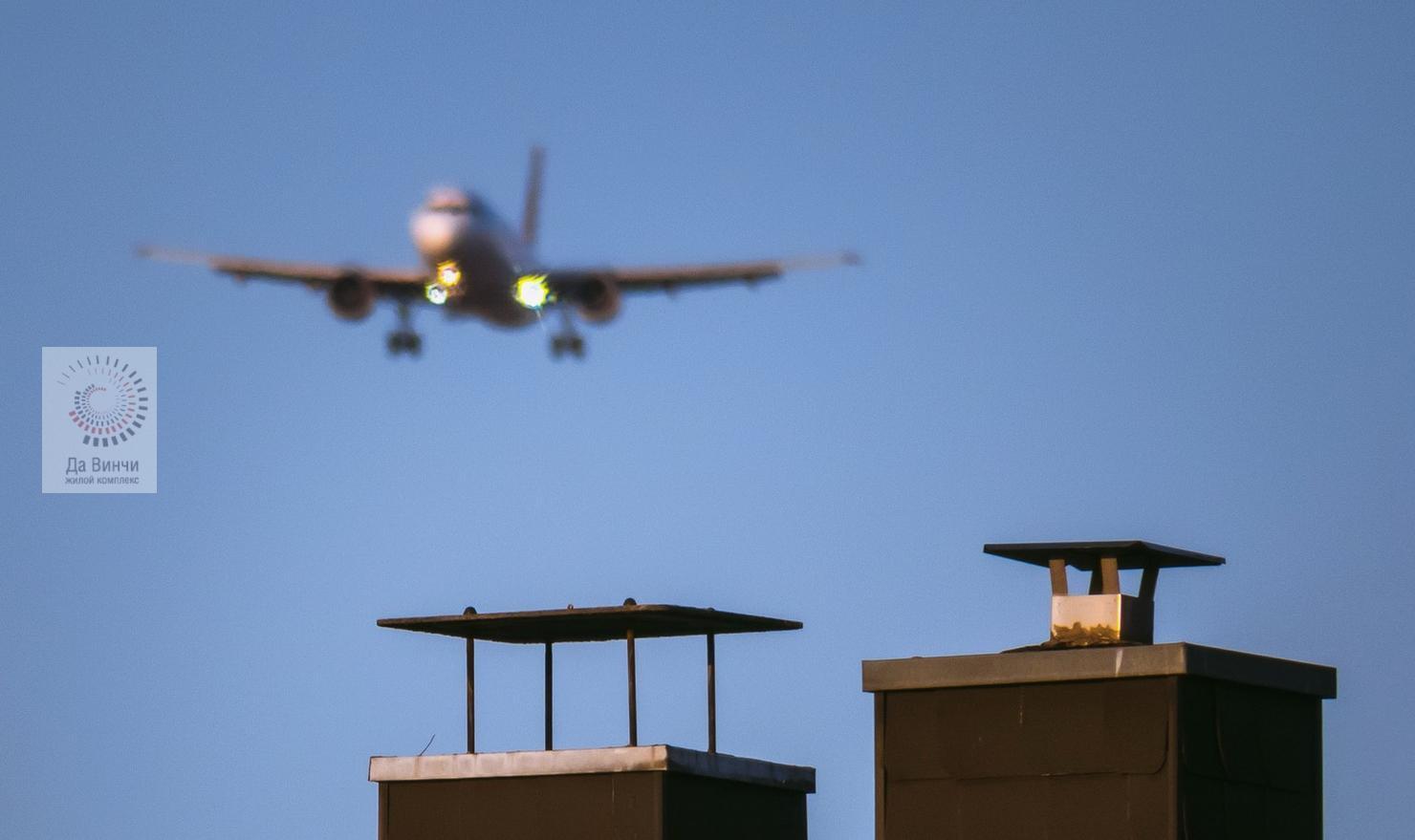 Самолет пролетает над домом