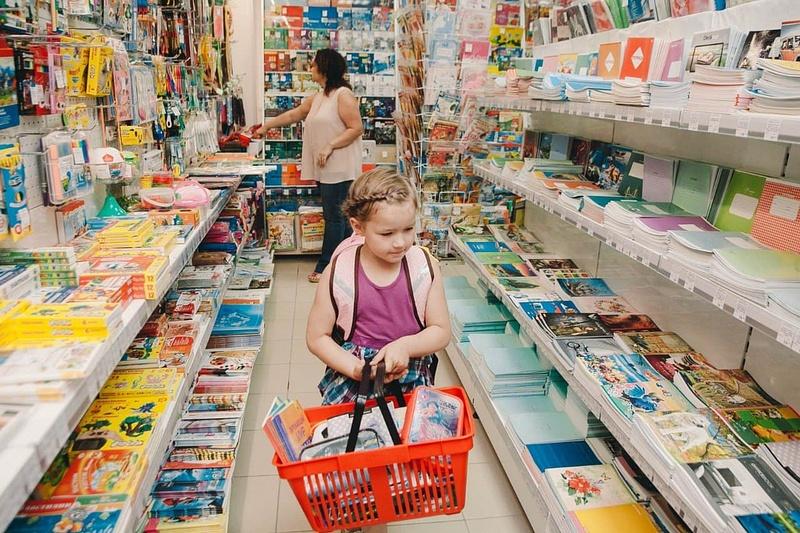 Девочка с корзинкой в магазине