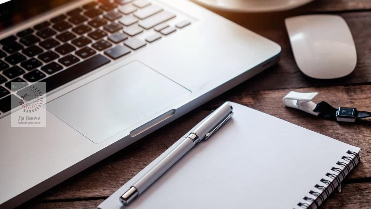 ноутбук и ручка с ежедневником